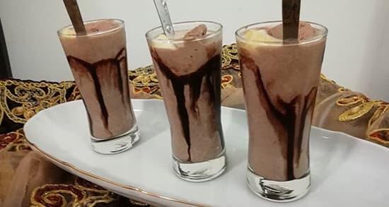 طرز تهیه میلک شیک شکلات ساده و سرد خوشمزه با بستنی و کاکائو