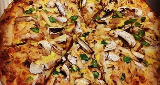 طرز تهیه پیتزا مرغ و قارچ کاری خانگی خوشمزه کشدار به روش رستورانی