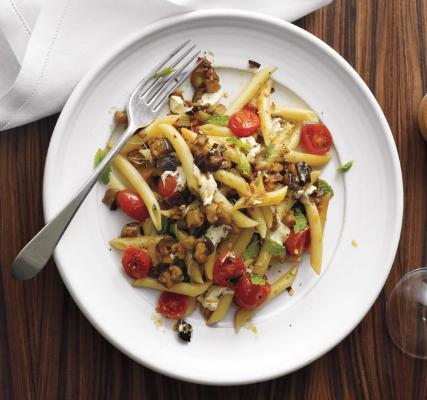 پاستا پنه با گوجه فرنگی، بادمجان و موزارلا