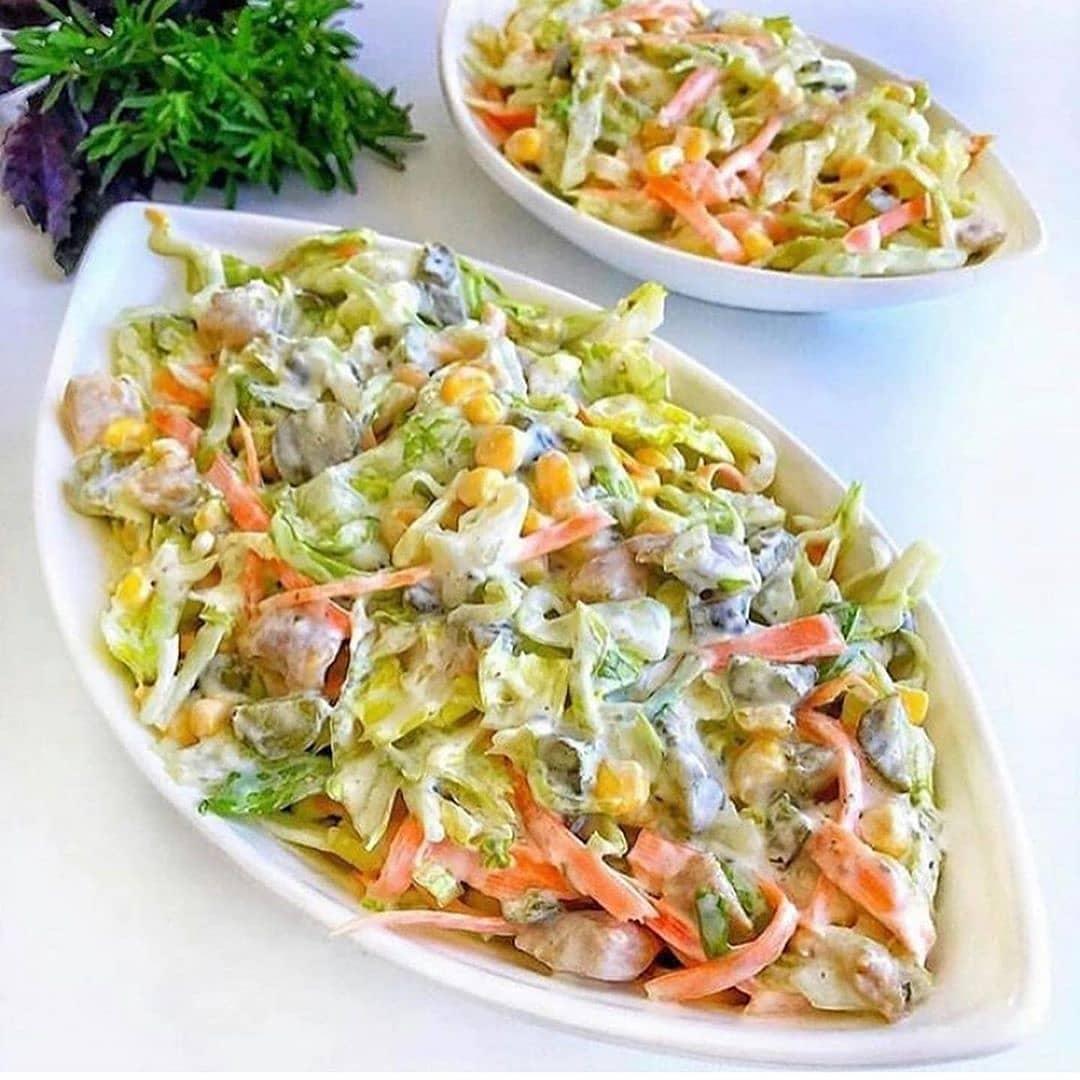 طرز تهیه ساندویچ سالاد مرغ خوشمزه و آسان با ترخون و کرفس و جعفری