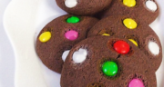 طرز تهیه کوکی اسمارتیز شکلاتی خوشمزه و آسان مرحله به مرحله