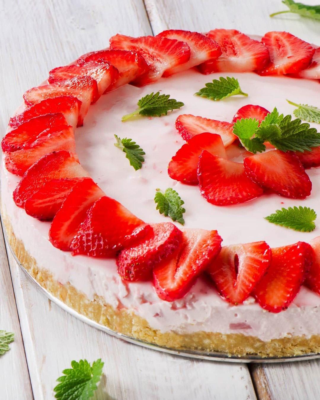 طرز تهیه چیز کیک توت فرنگی با کیک خوشمزه و مجلسی برای روز عشق