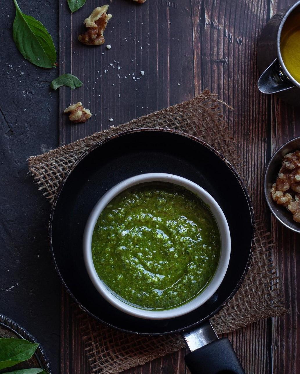 طرز تهیه سس پستو سبز خوشمزه برای مرغ و پاستا به روش ایتالیایی اصل