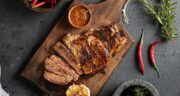 طرز تهیه استیک گوشت گوساله مزه دار شده خوشمزه در ماهیتابه یا گریل