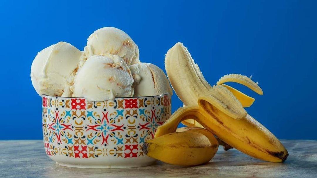 طرز تهیه بستنی موزی شکلاتی خانگی خوشمزه بدون شیر و خامه