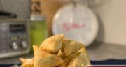 طرز تهیه فطایر مرغ و پنیر عربی خوشمزه در فر مرحله به مرحله