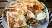 طرز تهیه کسادیا مکزیکی خوشمزه با گوشت چرخ کرده و نان ترتیلا