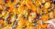 طرز تهیه پایلا اسپانیایی ساده و خوشمزه با مرغ و میگو و قارچ