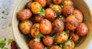 طرز تهیه سیب زمینی اسپایسی ساده و خوشمزه با سس مخصوص در فر