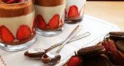 طرز تهیه دسر توت فرنگی خانگی خوشمزه با شیر، خامه و بیسکویت