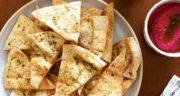 طرز تهیه چیپس پیتا سالم و خوشمزه با نان پیتا و روغن زیتون