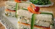 طرز تهیه کلاب ساندویچ مرغ ساده و خوشمزه با پیاز و خیارشور