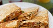 طرز تهیه کسادیا مرغ مکزیکی ساده و خوشمزه با نان ترتیلا و پنیر